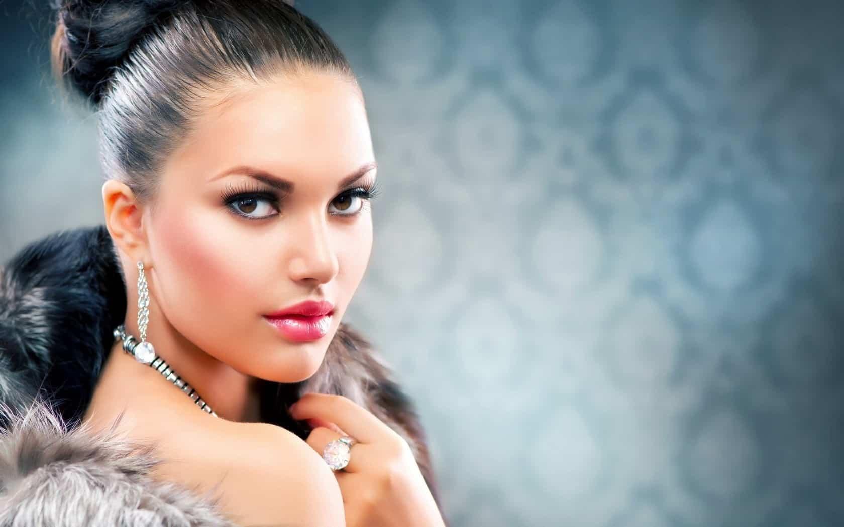 7023352-makeup-beauty-brunette-woman-fashion